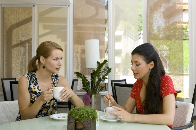 Zwei unge Frauen in einem Cafe, two young women in a cafe