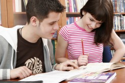 Maedchen und Junge, Teenager lernen gemeinsam Zuhause