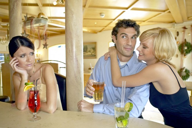 Mann flirtet mit zwei Frauen an der Hotelbar Eifersucht, Man flirting with two women at a hotel bar jealousy