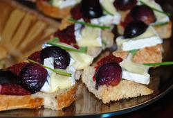 Crackers cu Brie si struguri caramelizati