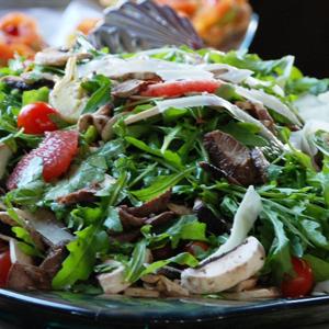 Salata de rucola cu grapefruit rosu, anghinare, ciuperci, rosii cherry si parmesan