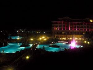 Vedere cu gradina si piscina hotelului Vogue Avantgarde noaptea.