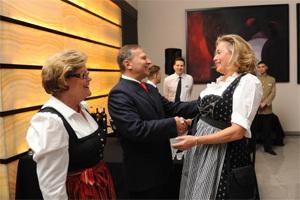 E. S. Michael Schwarzinger, doamna Rosemaria Schwarzinger
