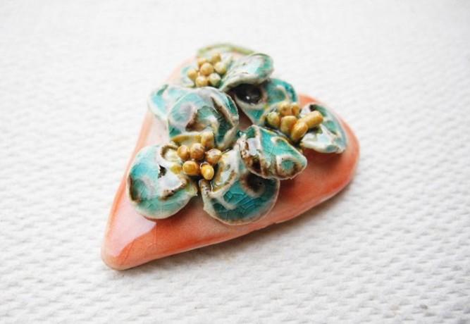 brosa-martisor din ceramica glazurata, atelierulcupovesti 15