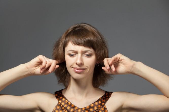 degete-in-urechi