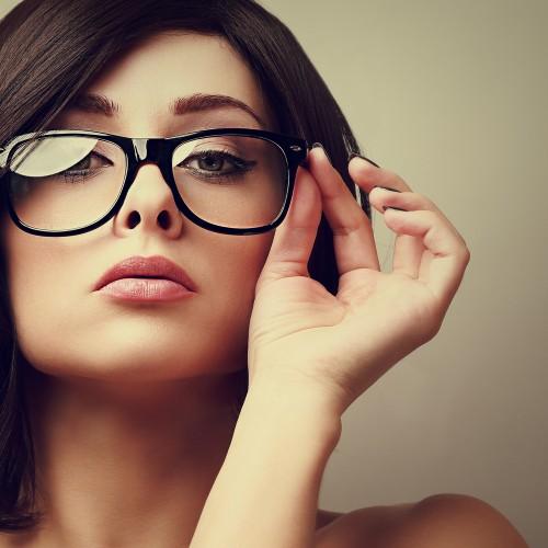 femeie-ochelari-machiaj