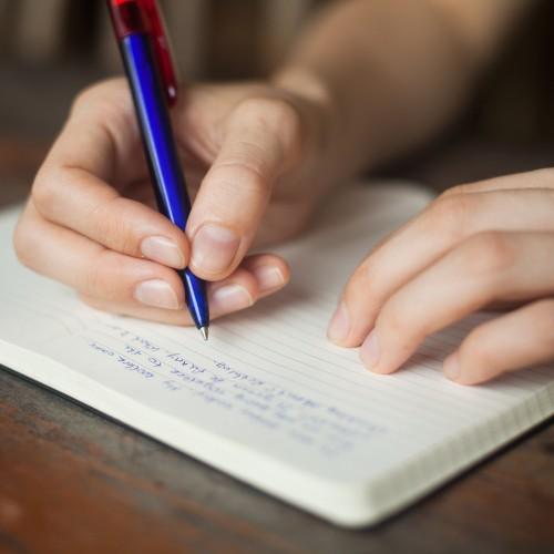 femeie-scrie