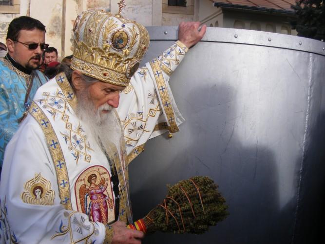Preotul sfinteste apa de Boboteaza.