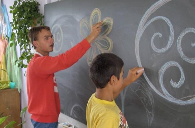 copii care scriu pe tabla