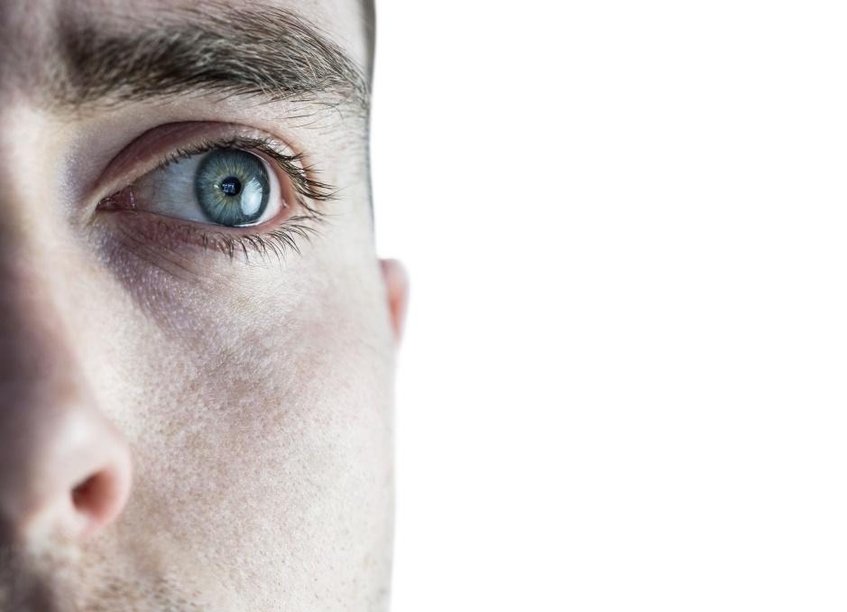 barbat cu ochii albastri