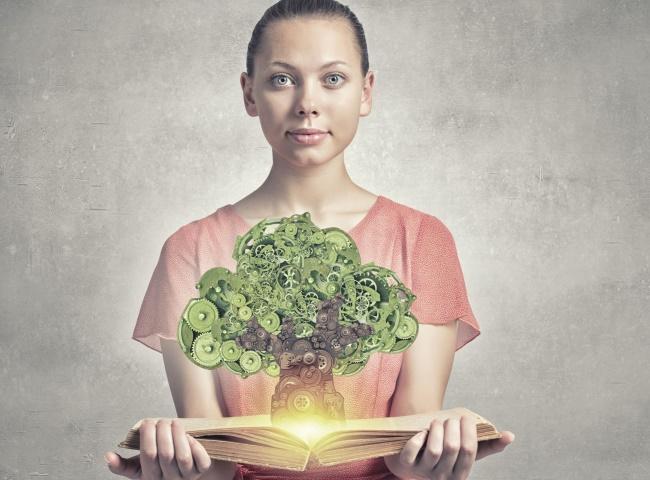 femeie cu o carte in mana
