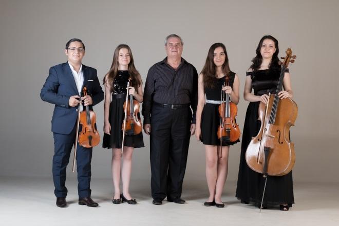 prof.Nicolae Antonescu alaturi de cei patru bursieri care formeaza Teen Strings Quartet