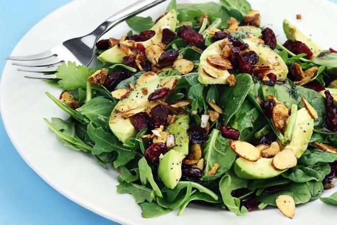 Salată de andive cu avocado, costiță și nuci