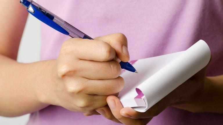 Femeie-scrie-scrisoare