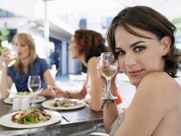 femeie la restaurant