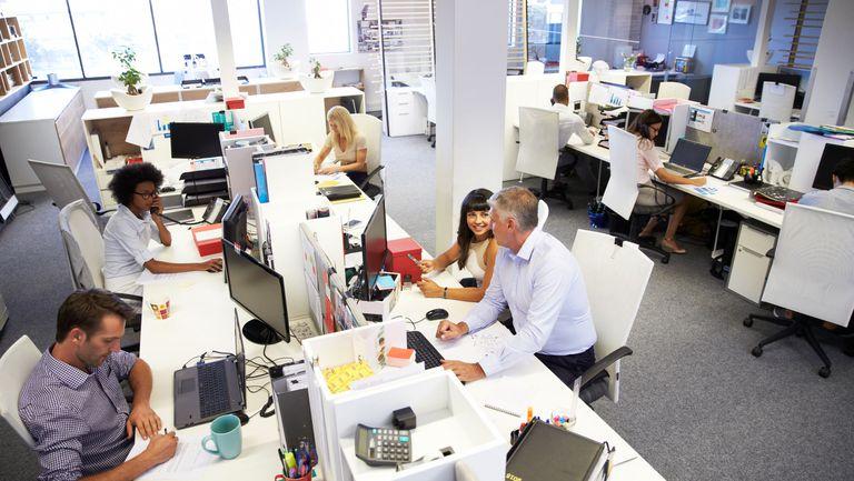 oameni la birou