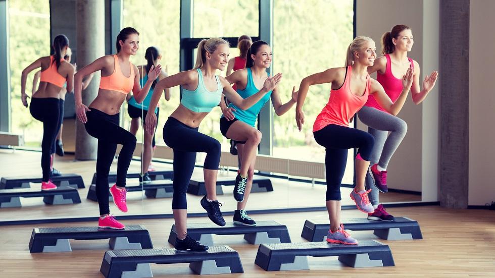 Femei facand sport la sala