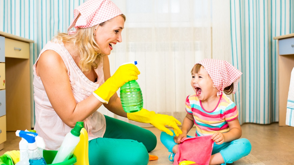 Mama si fetita fac curatenie