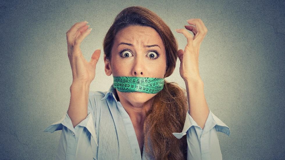 O femeie cu centimetru la gura