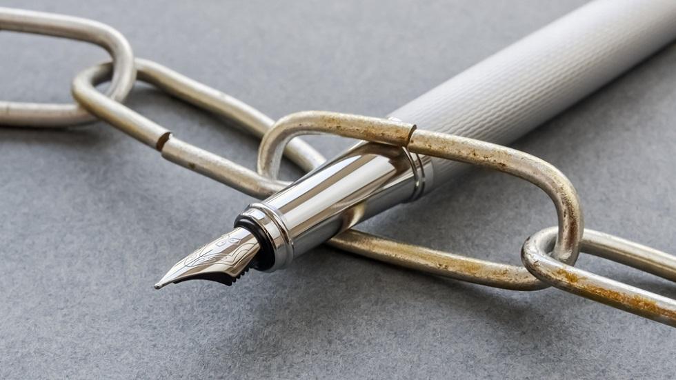 Stilou printr-un lant