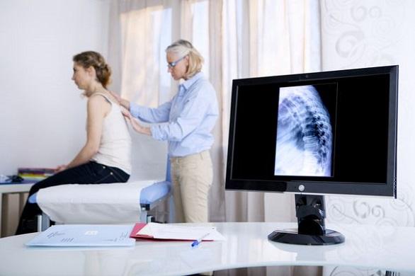 femeie cu durere de spate la medic