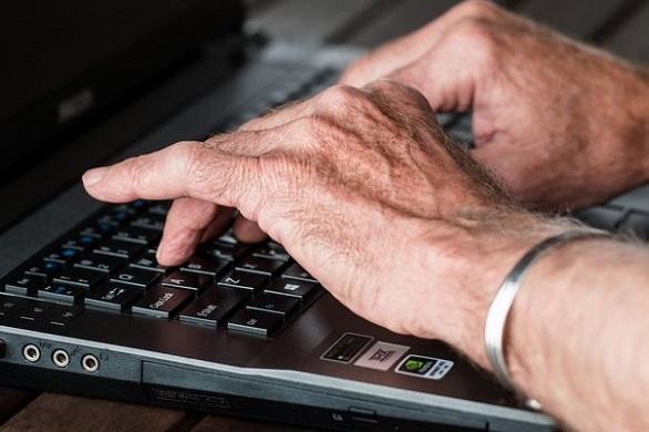 maini-pe-tastatura