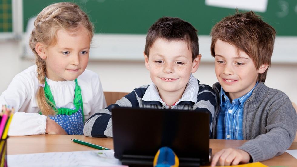 elevi-cu-laptop