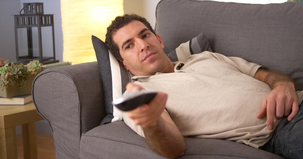 un-barbat-care-se-uita-la-televizor