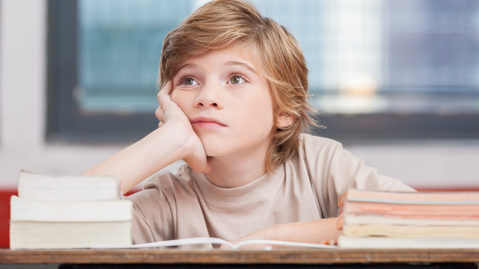 copil-plictisit-la-scoala