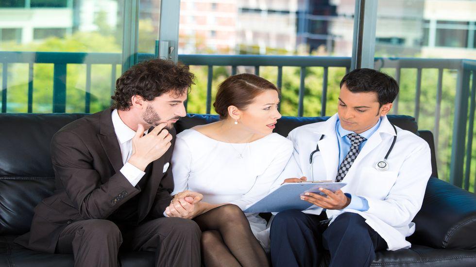Un cuplu discuta cu medicul despre cauzele infertilitatii