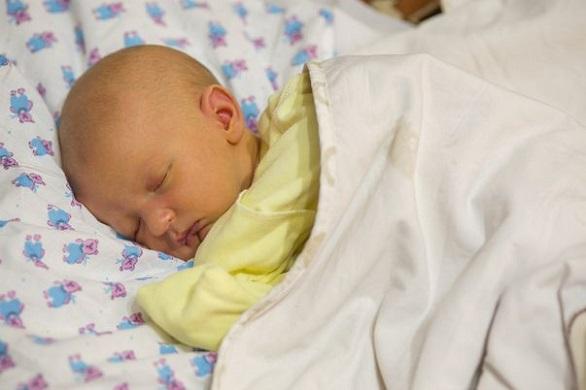 nou-nascut-care-doarme