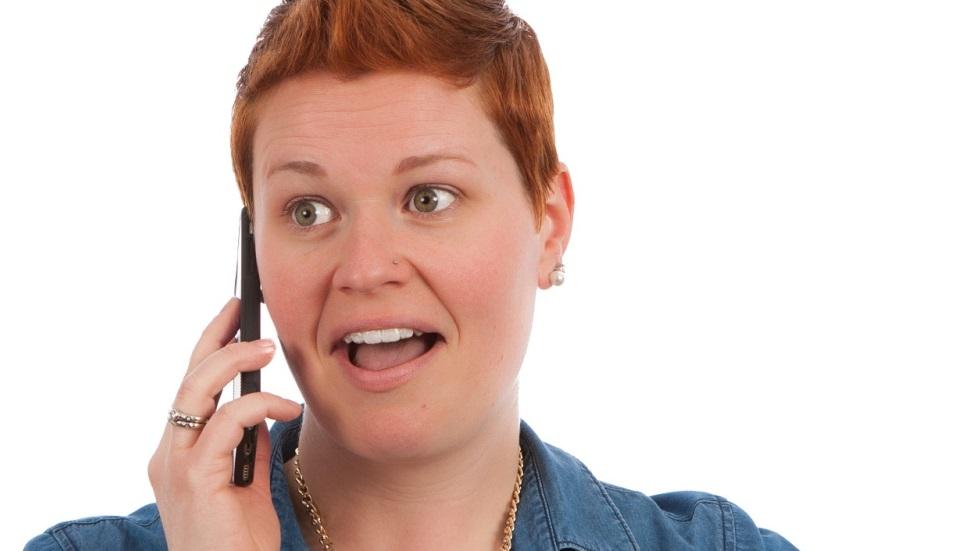 Femeie care vorbeste la telefonul mobil