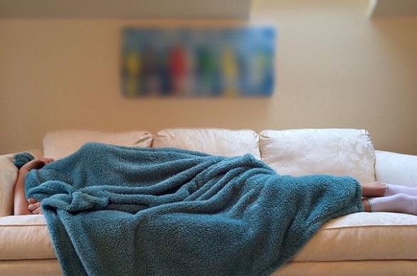femeie care doarme pe canapea