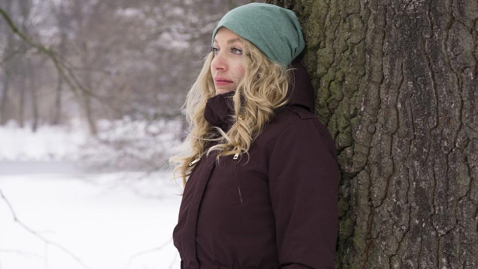 femeie trista iarna, in cea mai deprimanta zi a anului