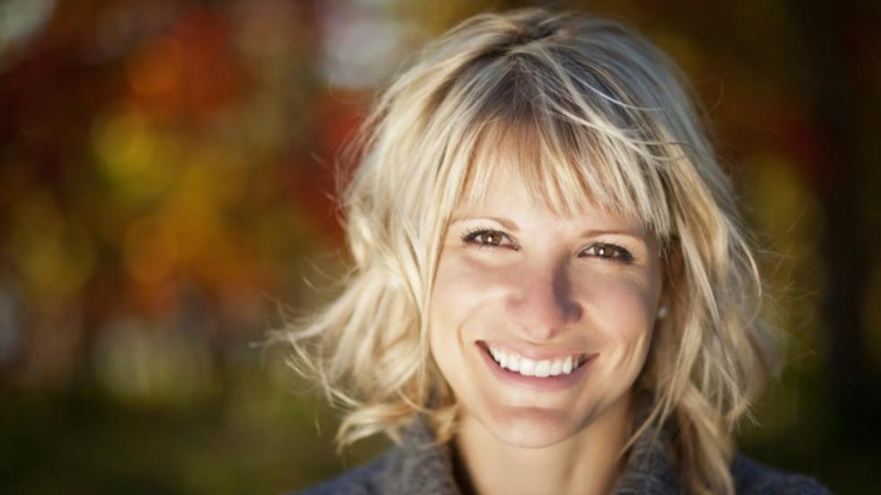 femeie cu dinti albi