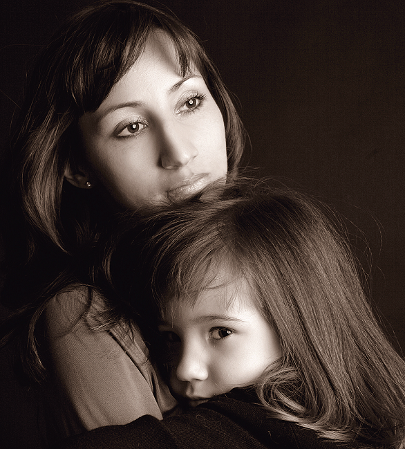 mama si fiica imbratisate