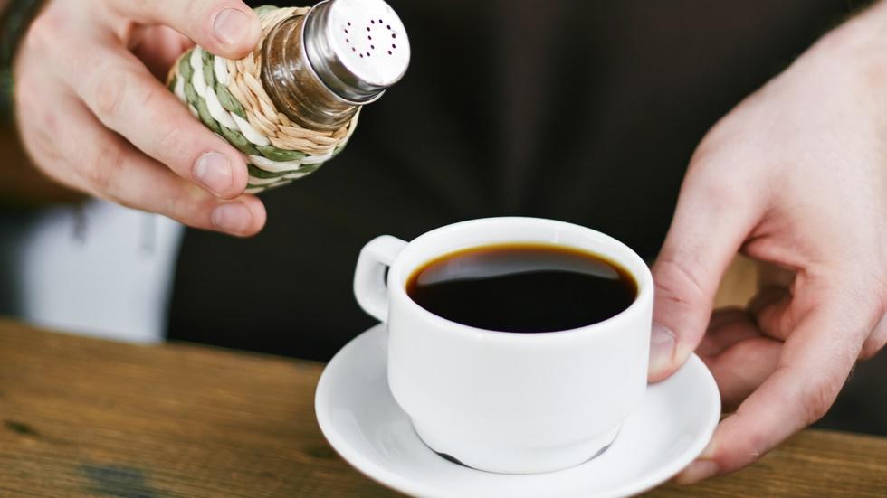sare in cafea