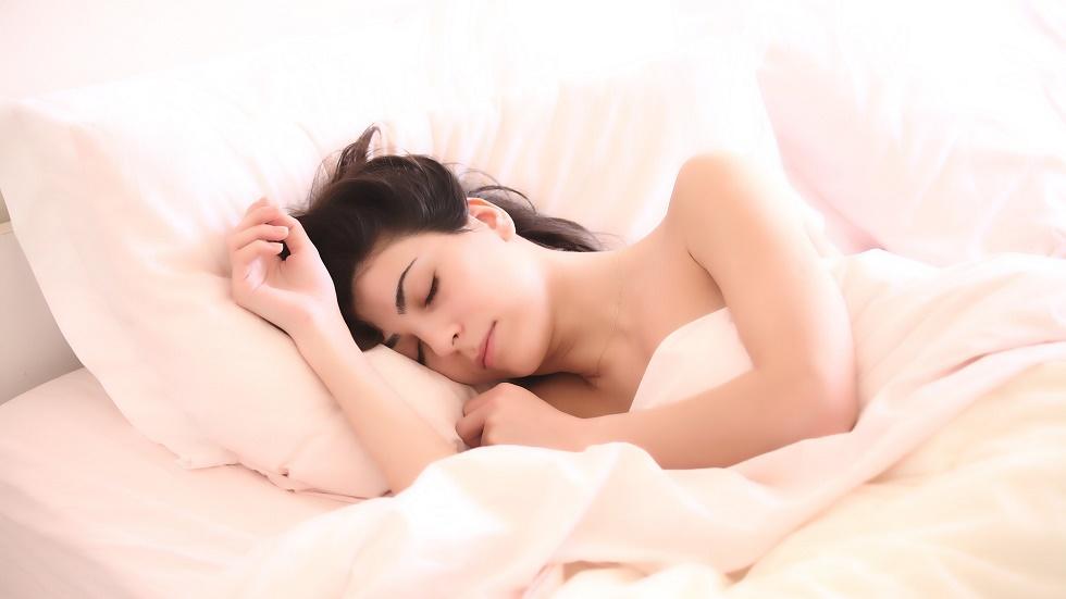 6 trucuri care îți îmbunătățesc somnul