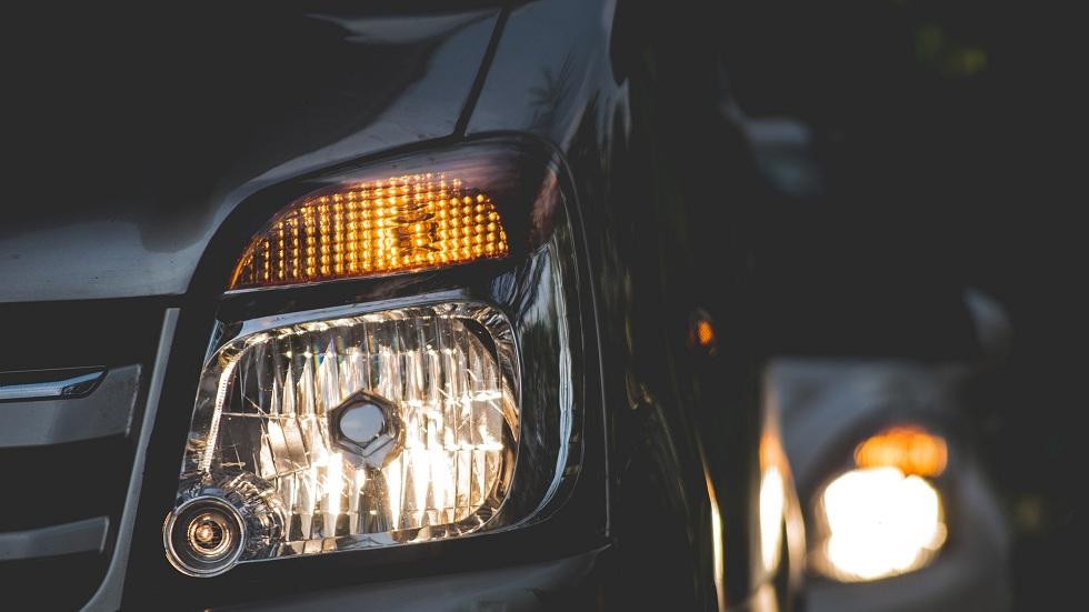 Cum te poate afecta lumina de la farurile mașinii
