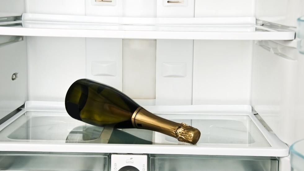 De ce nu e bine să păstrezi șampania în frigider