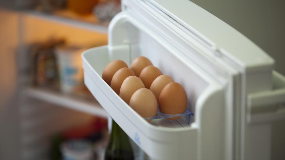 De ce nu trebuie să depozitezi ouăle pe raftul de pe ușa frigiderului