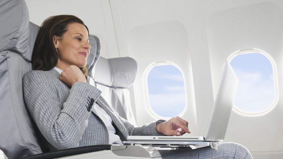 Laptopurile ar putea fi interzise în timpul zborului cu avionul