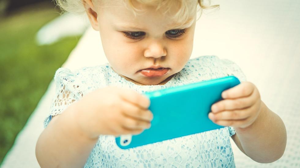 copiii care folosesc telefonul mobil de la vârste fragede