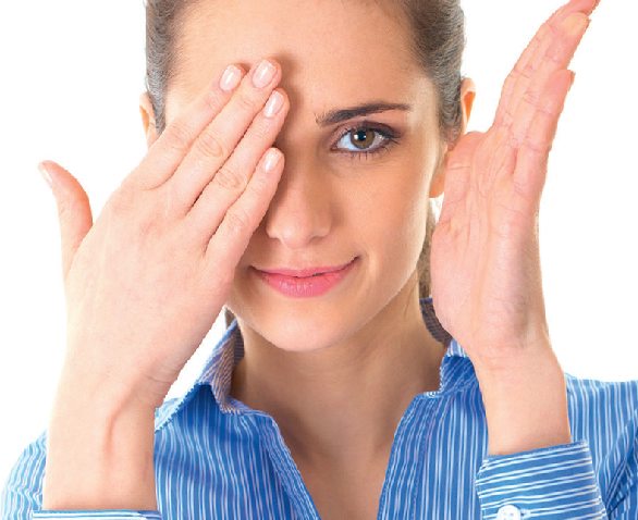 femeie care-si acopera un ochi