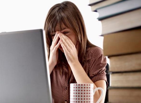 femeie in fata laptopului