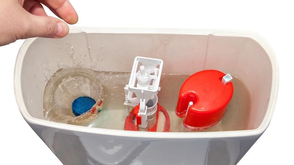 oțet și bicarbonat în vasul de toaletă