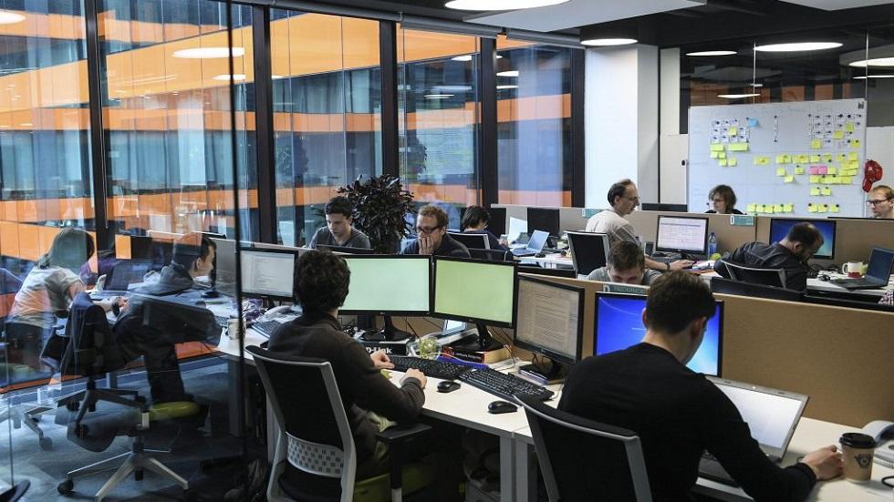 oameni in birou, in fata calculatoarelor