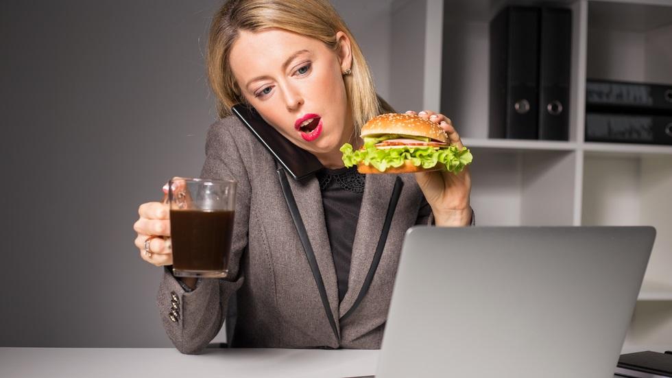 5 trucuri care te ajută să mănânci mai puțin în perioadele stresante