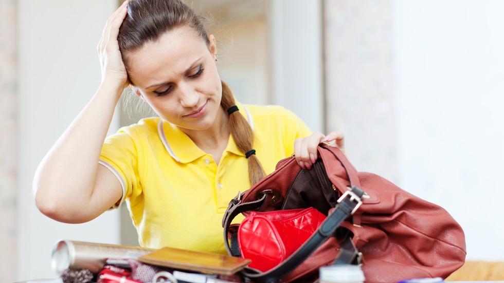 Cât timp din viață petrece o femeie căutând lucrurile în geantă