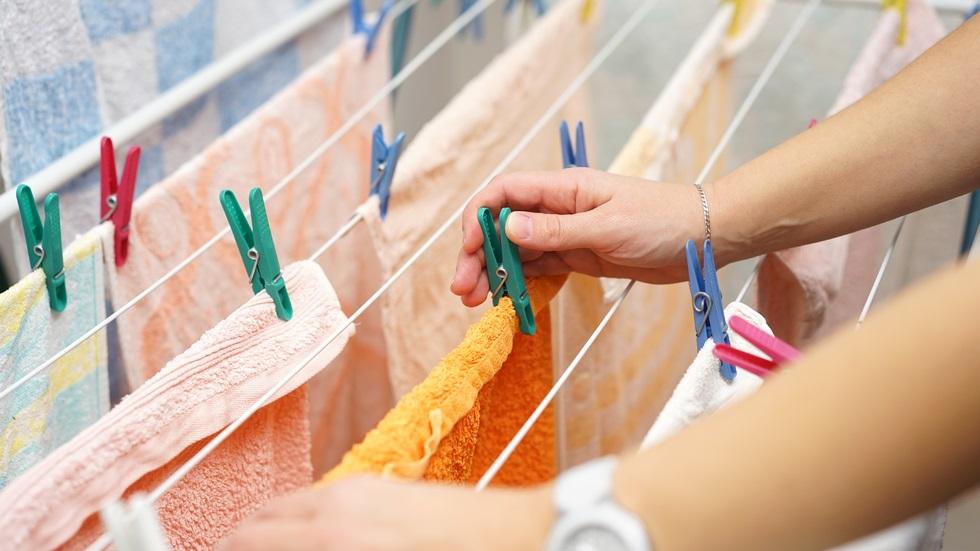 De ce nu e bine să îți usuci rufele în interiorul casei?